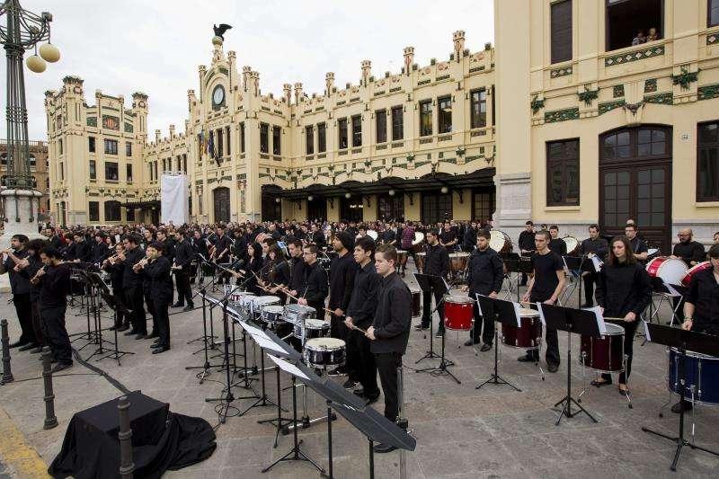 Músicos ante la Estación del Norte de València en un día de Fallas. EFE/archivo