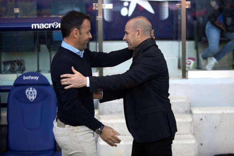 El entrenador del Levante Paco López (d) y el entrenador del Villarreal Javier Calleja (i), durante un partido de LaLiga. EFE/ Archivo