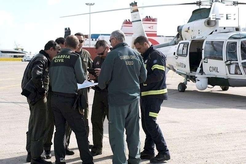 Personal de la Guardia Civil en el puerto de Ibiza. EFE/Sergio Cañizares