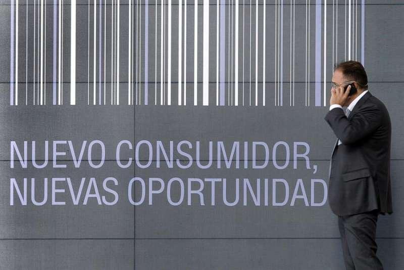 Un hombre en uno de los congresos de Aecoc. EFE/Juan Carlos Cárdenas/Archivo