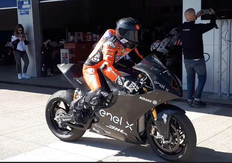El piloto paternero, Héctor Garzó, con la motocicleta eléctrica del Campeonato de MotoE.
