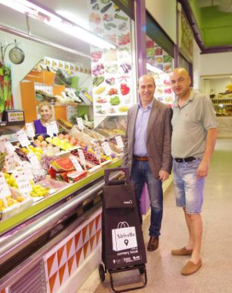 El alcalde, Enrique Ortí, junto con el presidente de vendedores del mercado, Juanma Cantero. FOTO: EPDA