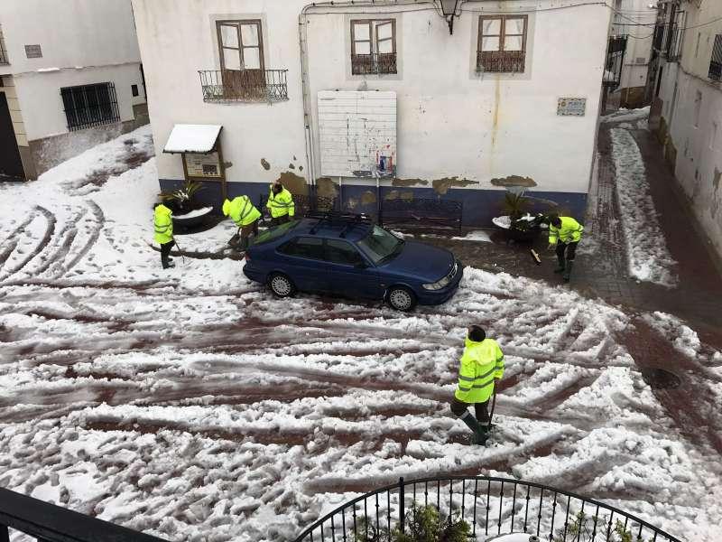Operarios limpiando la nieve de Gátova. //EPDA