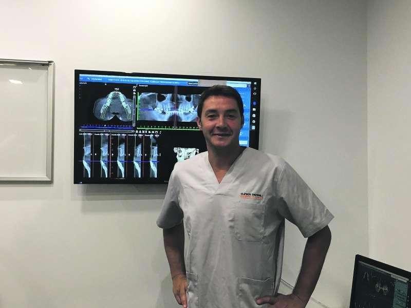 El doctor Santamaría, en la clínica dental de La Pobla de Farnals. EPDA