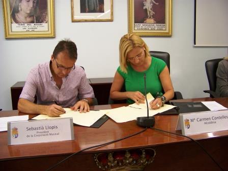 Firma del acuerdo entre el Ayuntamiento de la Pobla de Vallbona y la Corporación Musical. Foto EPDA