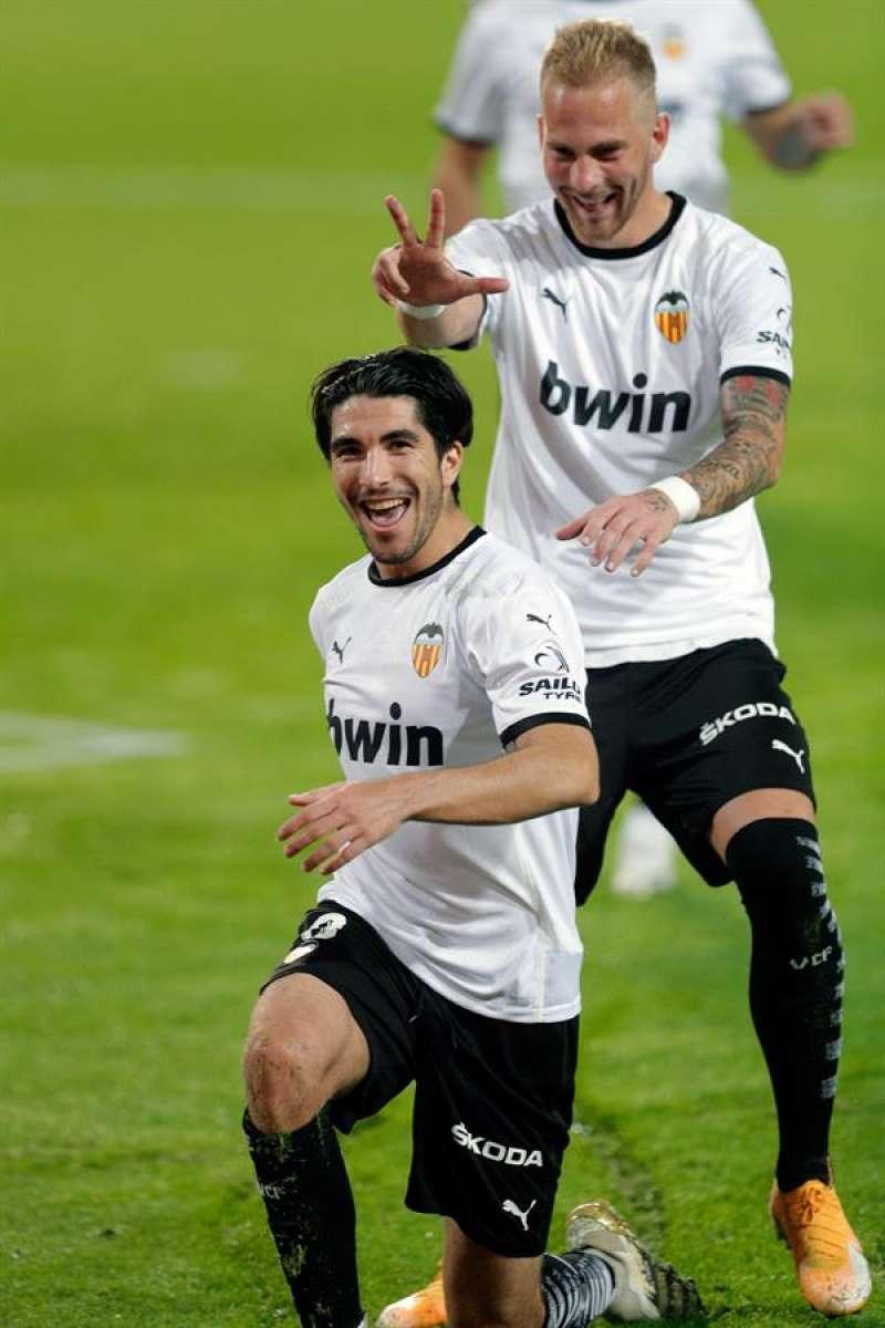 El jugador del Valencia CF, Racic, felicita a su compañero Carlos Soler tras marcar el cuarto al Real Madrid .EFE/ Archivo