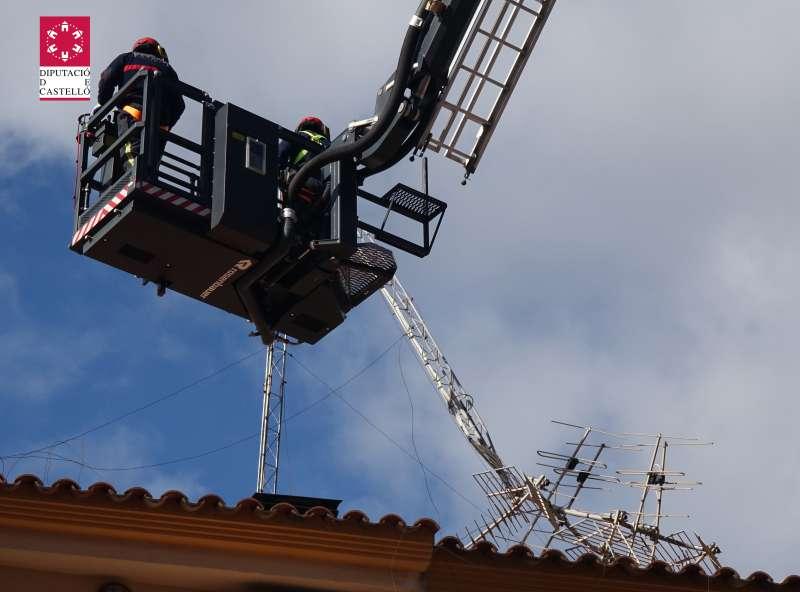 Bomberos quitando una antena caída
