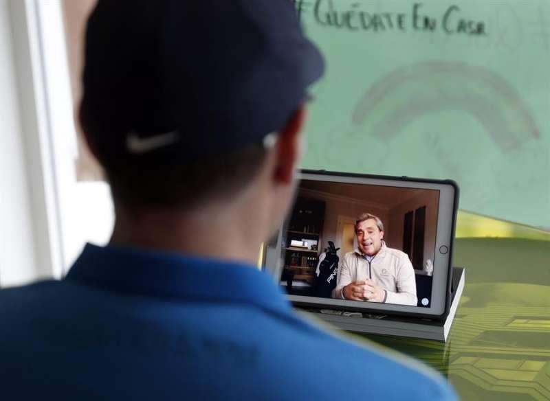 Un alumno atiende las clases telemáticas de un profesor, en una imagen de estos días. EFE
