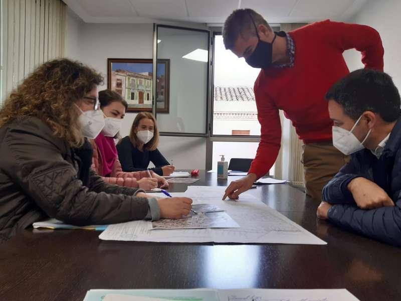 Tècnics de la Generalitat Valenciana i de l?Ajuntament es reuneixen per a estudiar els possibles itineraris del pont.