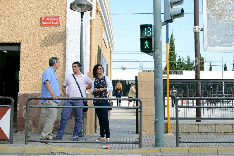 Autoritats municipals de Paiporta en els semàfor amb senyals acústiques. EPDA