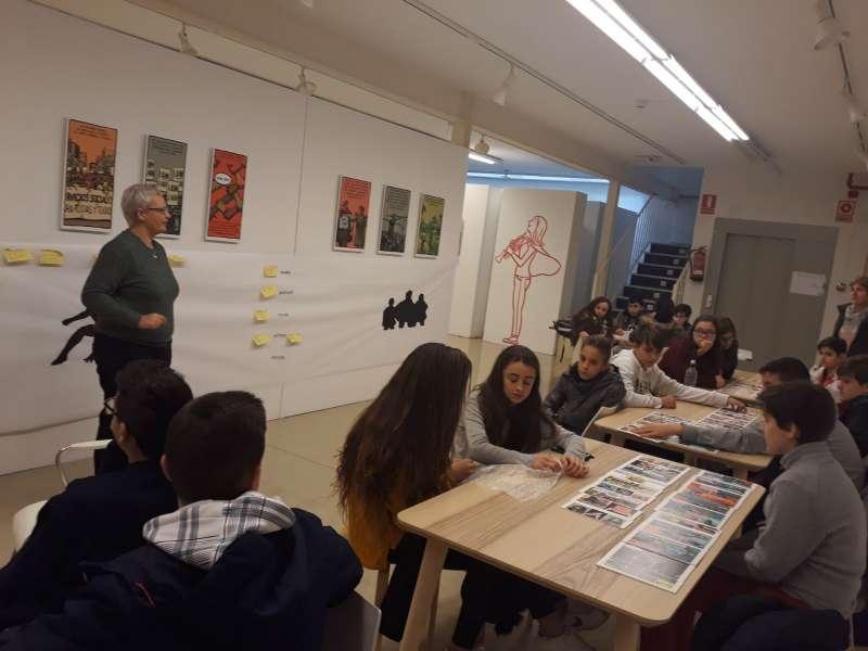Alumnado de secundaria atendiendo las explicaciones directora Museu Comarcal de l