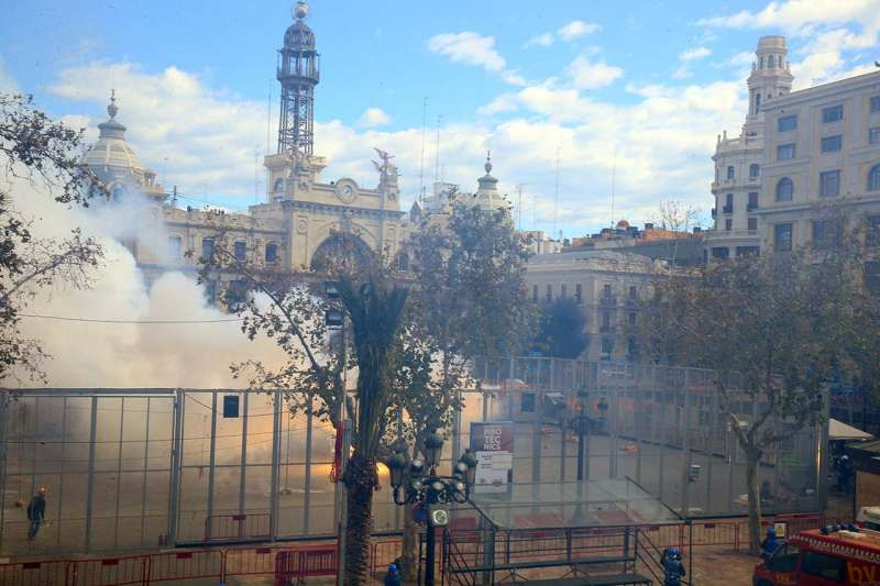 Imagen de Plaza del Ayuntamiento de Valencia, en plena mascletà
