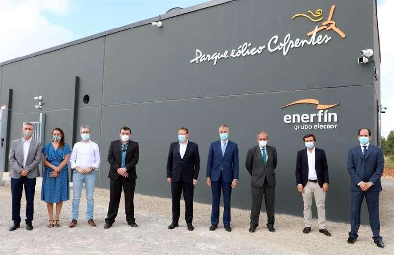 El president de la Generalitat, Ximo Puig,(c) durante su visita el parque eólico de Enerfín en Cofrentes. EFE