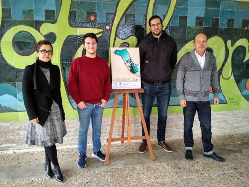 Representantes del Ayuntamiento de Sagunto con el ganador de la imagen del concurso