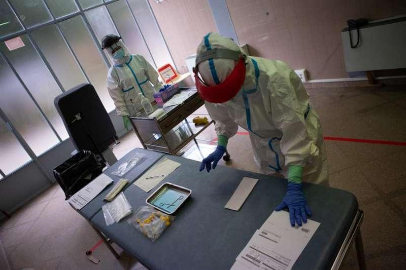 Profesionales protegidos ante el virus. EFE