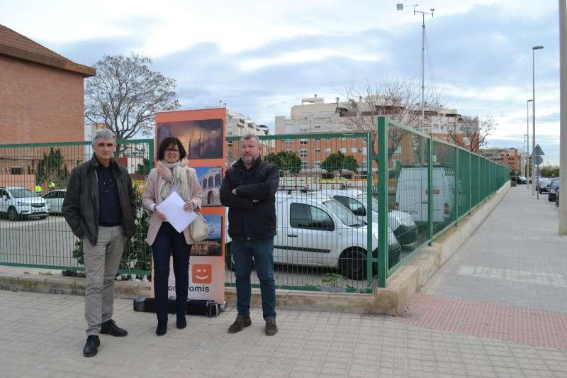 Ariño, García y Fernández junto a la unidad móvil de control de partículas contaminantes instala en el colegio Joaquín Rodrigo del Port. EPDA