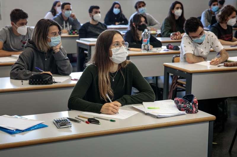 Alumnos de la escuela de Industriales de la Universidad Politécnica de Valencia durante una clase presencial.