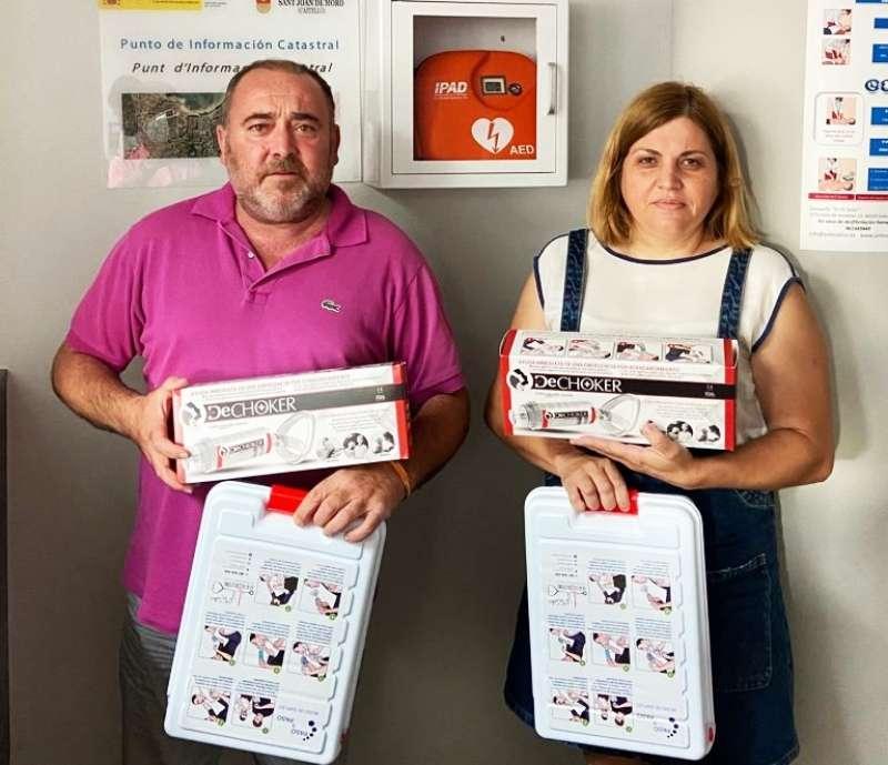 Vicente Pallarés y la concejal Ana Lidón Pallarés muestran los equipos de atragatamiento adquiridos por el ayuntamiento/EPDA