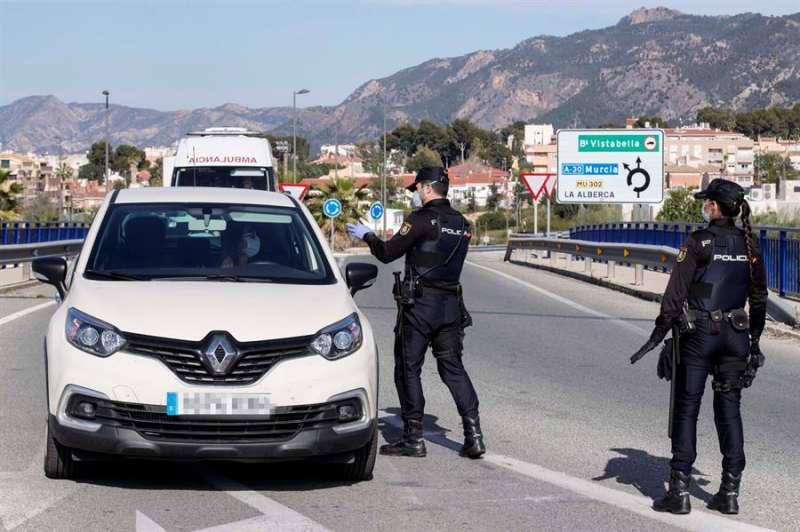 En la imagen, miembros de la Policía Nacional durante un control de tráfico. EFE/Marcial Guillén/Archivo