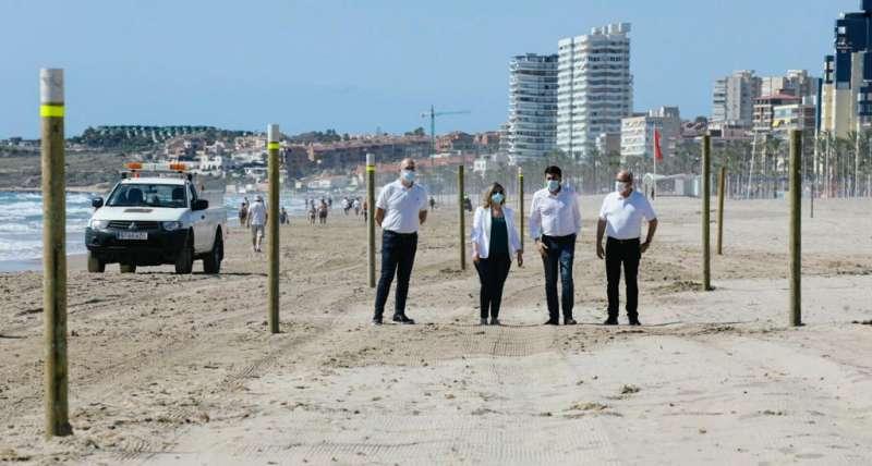 El alcalde con varios concejales recorriendo las playas de la ciudad de Alicante. EPDA