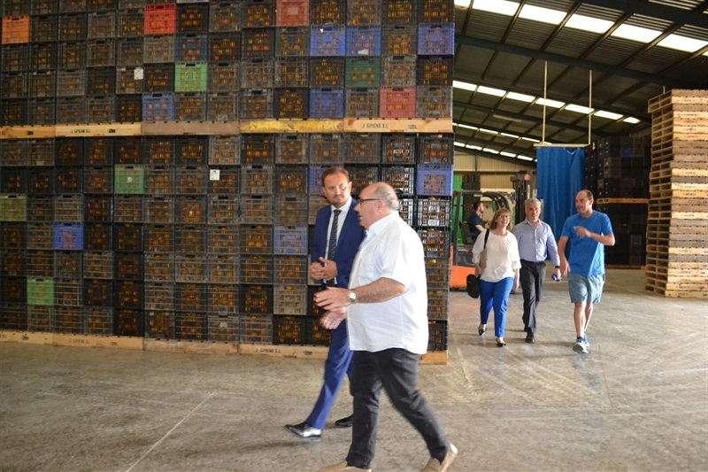Alcalde de Silla visitant una empresa de la localitat. EPDA