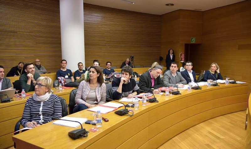 La portavoz de Gobernación del grupo socialista en Les Corts, Ana Barceló, en primer plano, sentada en la bancada socialista