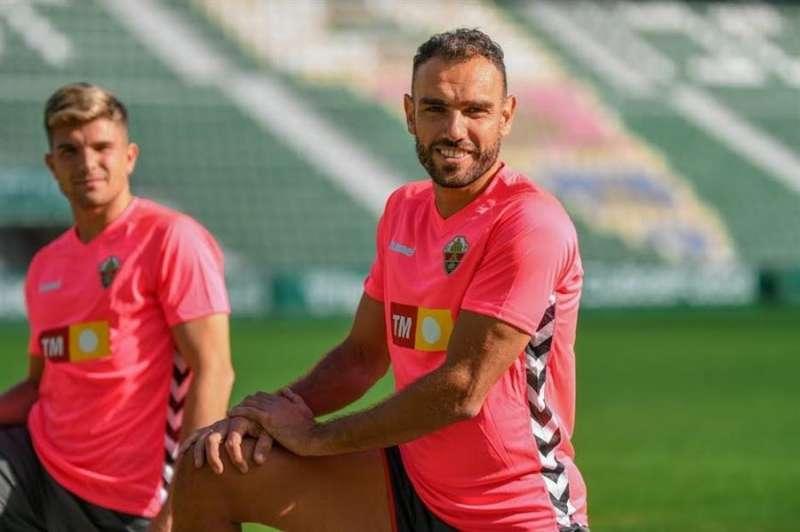 Los jugadores del Elche Gonzalo Verdú y Raúl Guti durante la sesión de entrenamiento con la equipación rosa en apoyo a la lucha contra el cáncer, en una imagen cedida por el club ilicitano. EFE