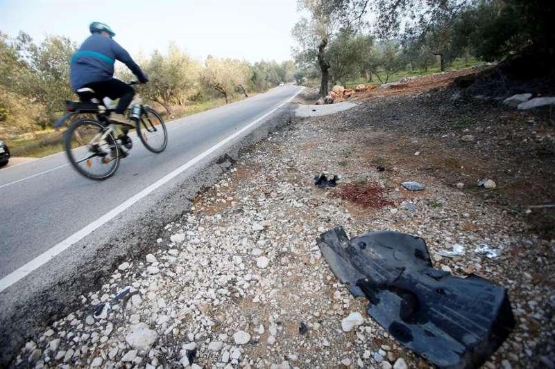 Un ciclista pasa por el punto donde un grupo de ciclistas sufrieron un accidente. EFE/Manuel Lorenzo/Archivo