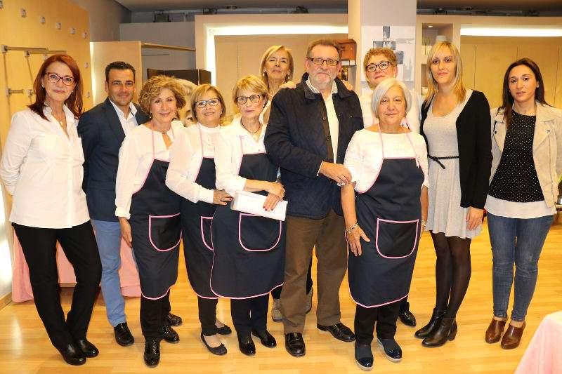 Alcalde, concejal y concejalas de Torrent con las mujeres de la AECC. EPDA