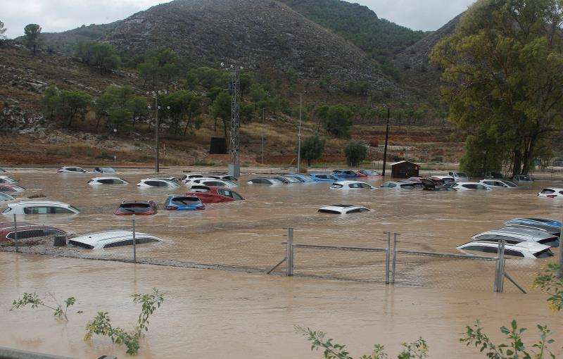 Cientos de coches inundados tras el paso de la gota fría en un depósito de vehículos en Orihuela (Alicante). EFE/MORELL