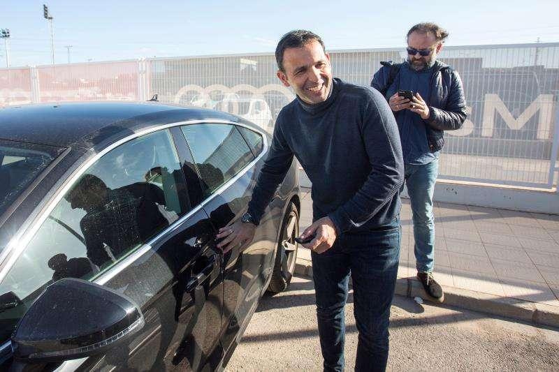 Javier Calleja abandona la ciudad deportiva del Villarreal el día de su destitución. EFE/Archivo