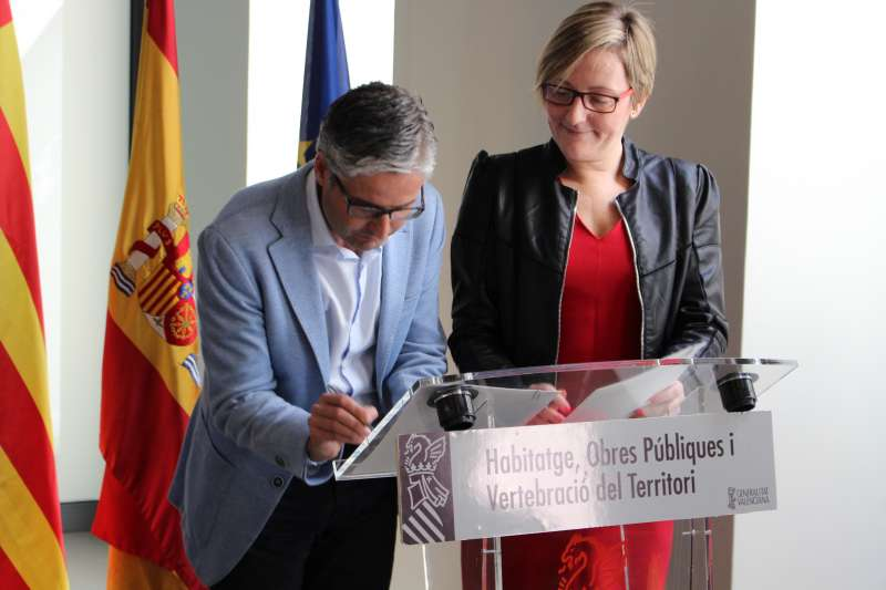 La consellera y el alcalde de Vilamarzant durante la firma del convenio.