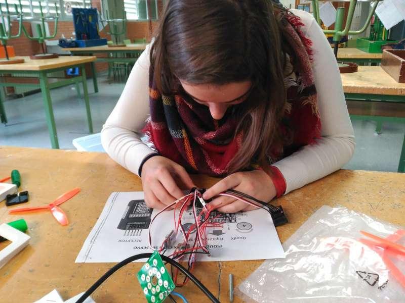 Una alumna trabaja en la construcción de un dron