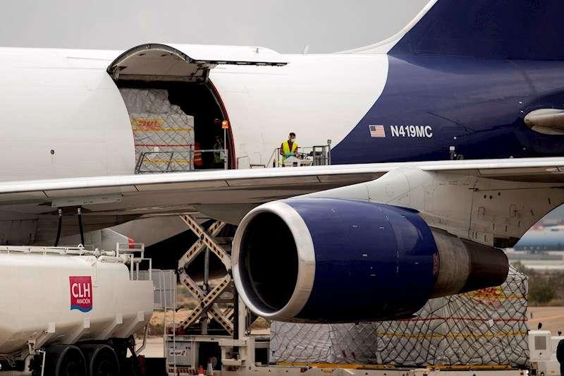Un operario descarga el más de un millón de mascarillas y material sanitario procedente de China. EFE