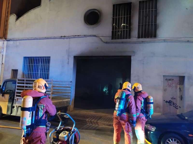 Los equipos de bomberos sofocando las llamas. EPDA