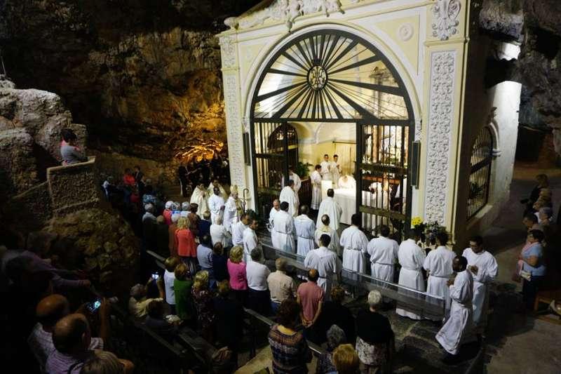 La eucaristía presidida por el obispo en el Santuario