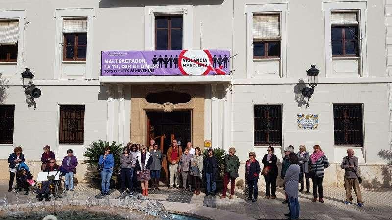 Concentración en Benetússer contra el nuevo caso de violencia machista ocurrido en Elda. EPDA