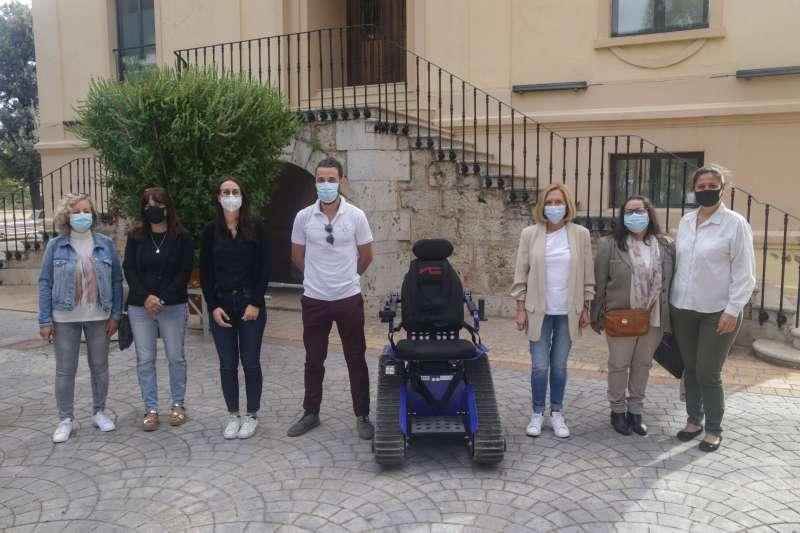 Foto de familia del acto de la presentación de la silla oruga. / EPDA