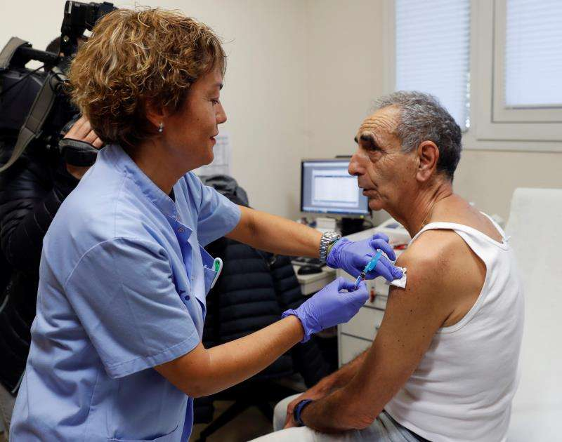 Un hombre se vacuna contra la gripe. EFE/Archivo