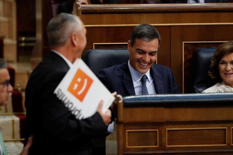 El presidente Pedro Sánchez ríe con el diputado de Compromís, Joan Baldoví. Archivo/EFE