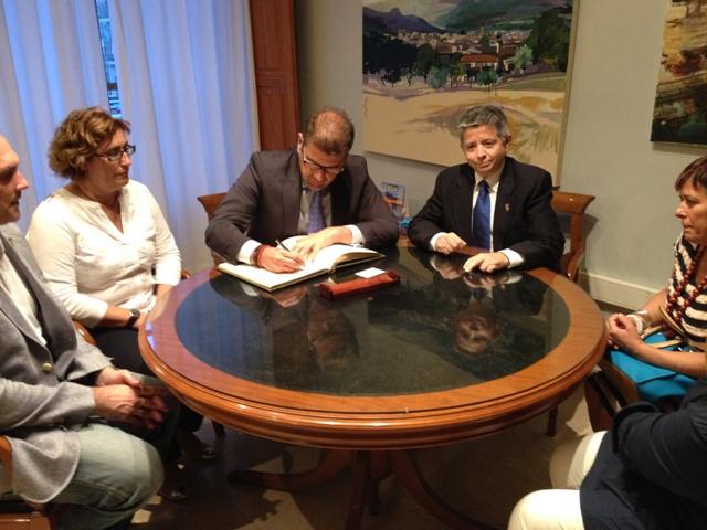 Momento de la firma en el libro de honor del pueblo. FOTO: EPDA