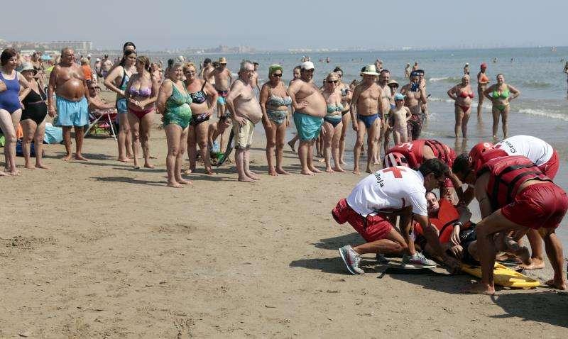 Miembros de Cruz Roja durante el ejercicio de salvamento en una playa de València. EFE/Archivo