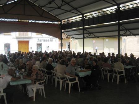 Los mayores de Moncada partipan en sus jornadas culturales con calderas en el Mercat Vell.