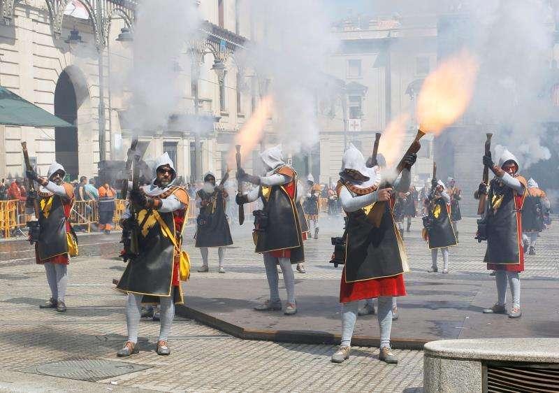 Batalla de arcabuces entre las tropas moras y cristianas en el Día del Alardo, último de la trilogía festera de San Jordi en la ciudad de Alcoy. EFE