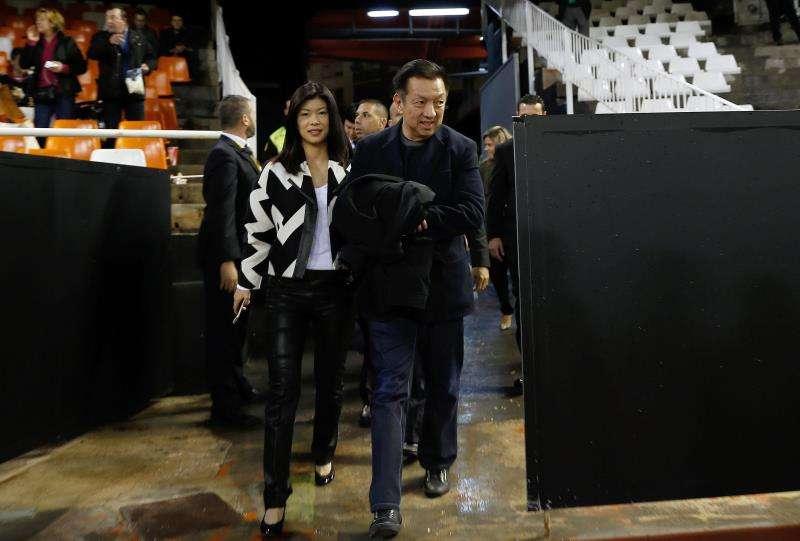 El máximo accionista del Valencia CF, Peter Lim (d). EFE/Archivo