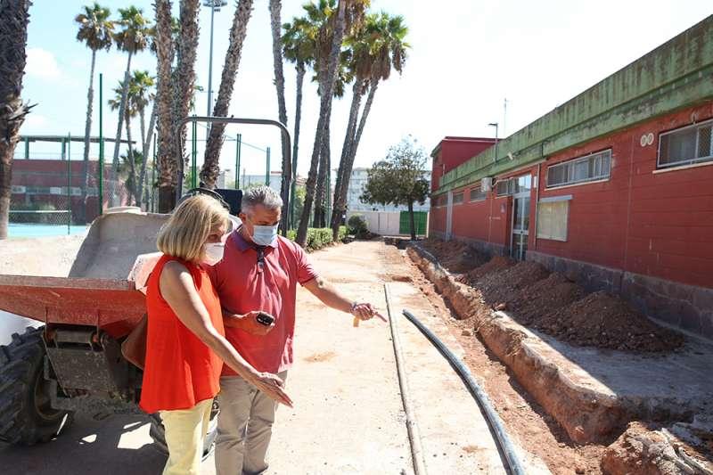 La alcaldesa supervisando los trabajos. / EPDA