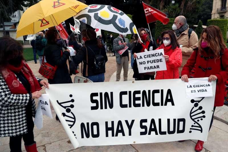 Sindicatos y asociaciones de jóvenes investigadores integrados en la Marea Roja celebran en València una concentración contra el anteproyecto de Ley de Ciencia.