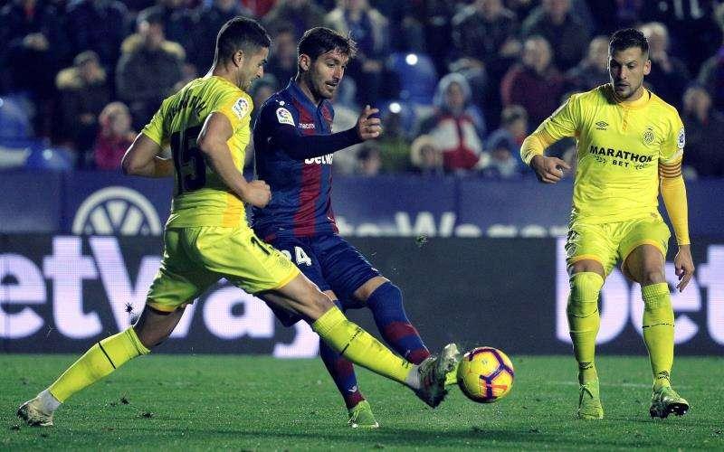 El defensa del Girona Juanpe Ramírez (i) lucha por el balón ante el centrocampista del Levante UD, José Campaña (d), durante el partido de la primera vuelta entre ambos equipos. EFE