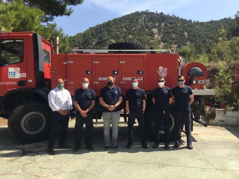 Davod García con bomberos forestales