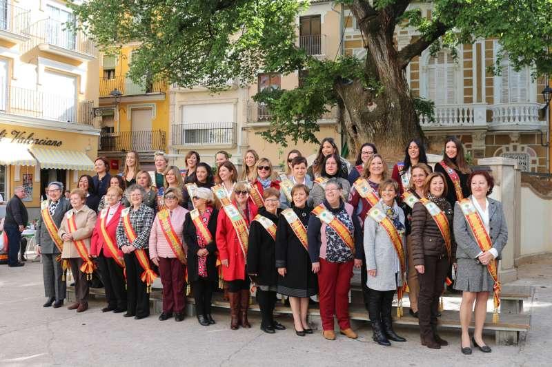 Las 33 reinas de fiestas luciendo sus bandas